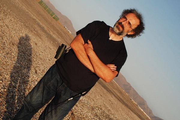 El investigador del CSIC, Adolfo Marco en las playas de Cabo de Gata, Almería
